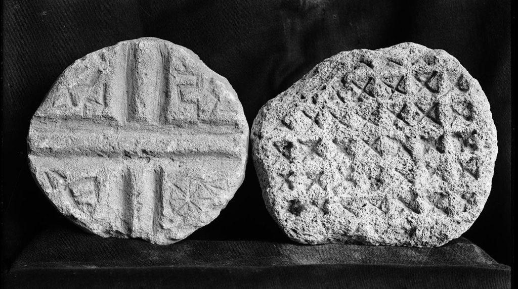 Photo noir et blanc des moules eucharistiques byzantins.