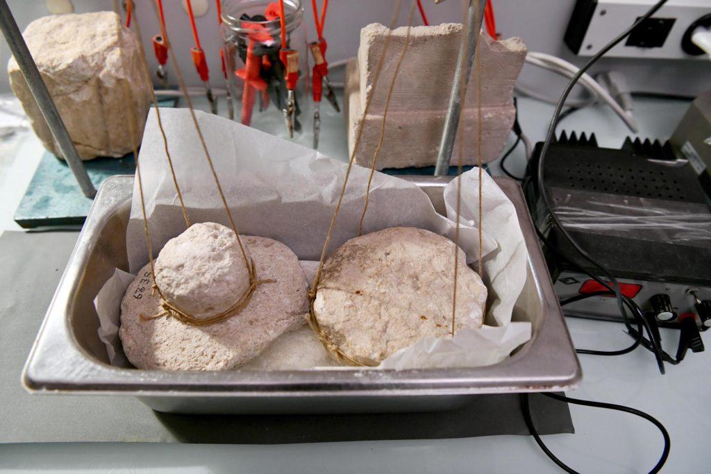Les moules byzantins sont renversés sur la pâte.