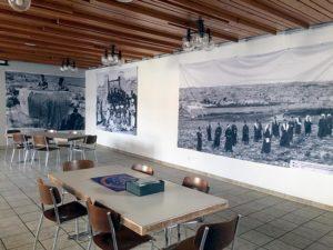 Bannières exposées dans la grande salle, Suisse.