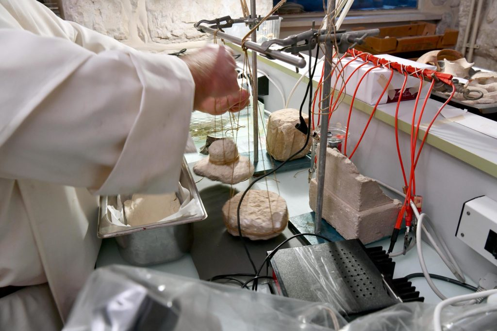 Les moules byzantins sont suspendus à la potence du laboratoire pour ne pas écraser la pâte.