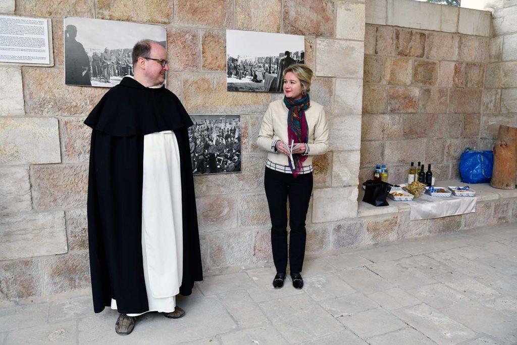 La consule générale et le Fr. Pawel.