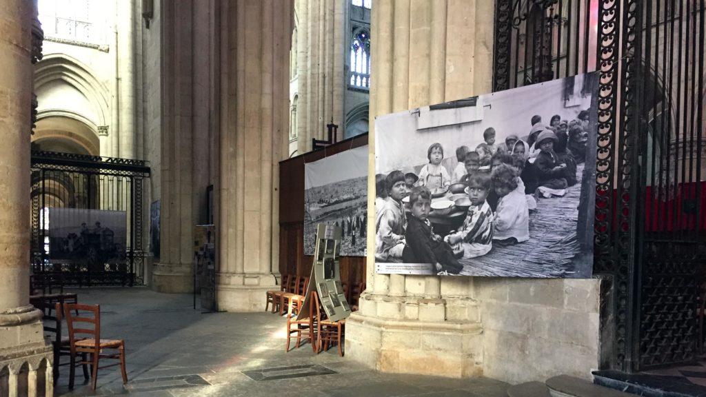 Bannière représentant des orphelins arméniens dans la cathédrale du Mans.